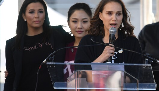 STJERNER MOT TRUMP: Skuespiller Natalie Portman i demonstrasjonen mot president Donald Trump. Bak fra venstre er skuespillerne Eva Longoria og Constance Wu. Foto: Mark Ralston / AFP Photo / NTB scanpix