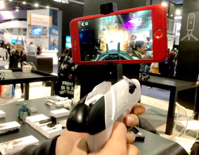 PEK OG SKYT: Fienden er virtuell men dukker opp i virkelige omgivelser. Foto: Bjørn Eirik Loftås