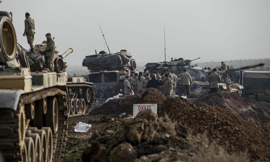 STRIDSVOGNER: Tyrkias «Operasjon olivengren» ble påbegynt lørdag. Her beveger stridsvognen seg langs den tyrkiske grensa mandag. Foto: Sedat Suna / EPA / NTB Scanpix