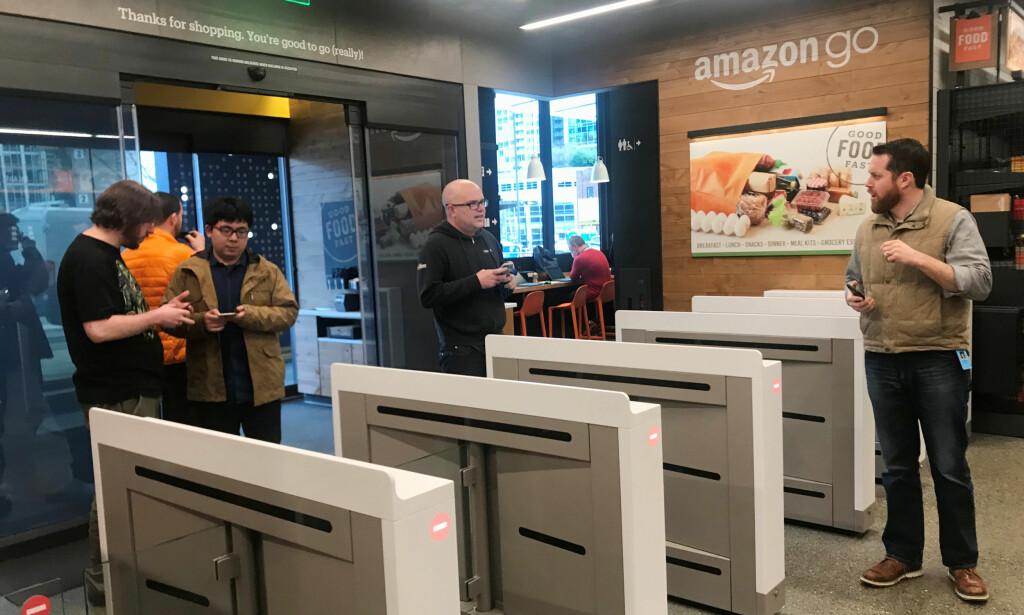 KASSELØST: Kundene må registrere seg i Amazon go-appen før de går inn i butikken, og passerer gjennom sluser, lik dem du finner på blant annet Flytoget. Foto: NTB Scanpix