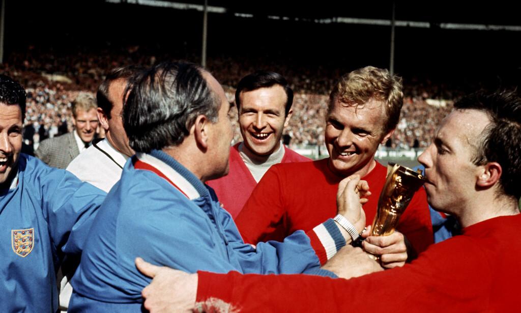 VANT VM: Jimmy Armfield (i midten), sammen med Nobby Stiles og Bobby Moore etter å ha vunnet VM på hjemmebane i 1966.