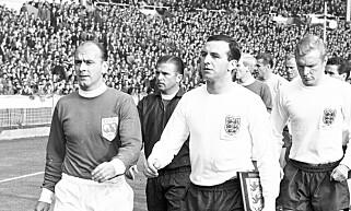 KAPTEIN: Jimmy Armfield, her som kaptein for England i 1963. På motsatt banehalvdel sto legenden Alfredo di Stefano og et sammensatt verdenslag. Foto: AP Photo