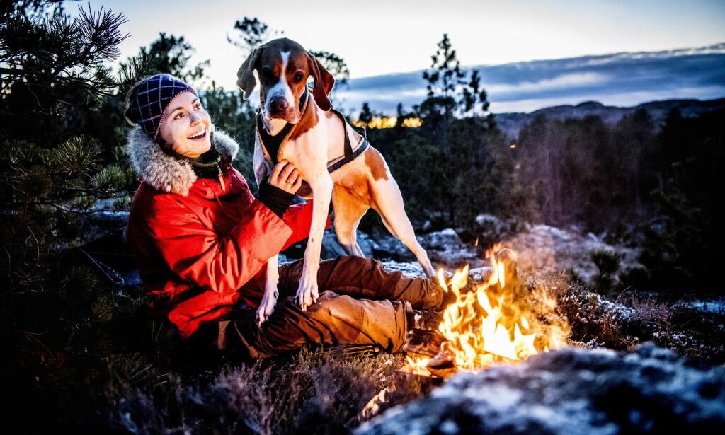 UTELIV: Elise Theoline Skagøy og hunden Tuva. Foto: Thomas Rasmus Skaug