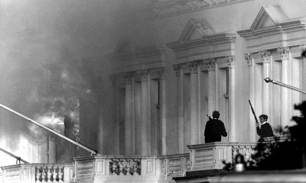 REDNINGSAKSJONEN: 5. mai 1980 stormet Storbritannias spesialstyrke den iranske ambassaden i England for å løslate gislene som ble holdt fanget i bygningen. Bob Curry stormet baksiden av ambassaden. Foto: AP