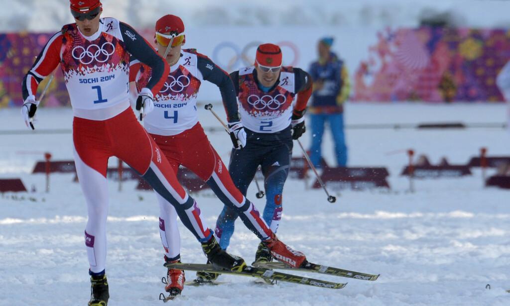 SOTSJI-SKANDALEN: Stort sett alle de russiske utøverne som deltok i Sotsji har blitt utestengt fra OL i Pyeongchang. Sergej Ustjugov har lenge vært et unntak, men nå ryker trolig OL også for ham. Her går han OL-sprinten i ryggen til Ola Vigen Hattestad og Anders Gløersen. Foto: AFP PHOTO / KIRILL KUDRYAVTSEV