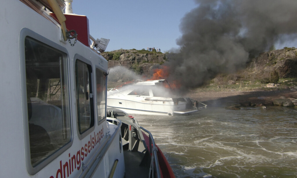 """BRANN: Redningsskøyta Simrad Færder ved en båtbrann ved Torgerøya utenfor Tønsberg. Foto: Redningsskøyta """"Simrad Færder"""" / Scanpix"""