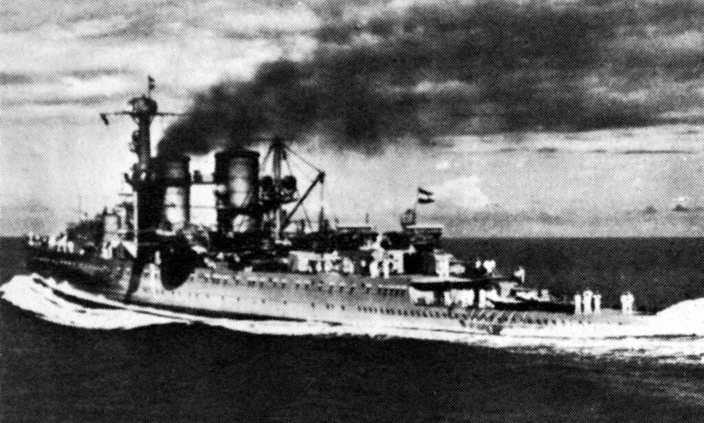 SANK: Det nederlandske krigsskipet «De Ruyter» sank under Slaget i Javasjøen i 1942. Om lag 900 personer døde i slaget og mange av skipene som ligger på havbunnen i dag har blitt ødelagt, ifølge The Guardian. Foto: Topfoto / War / NTB scanpix