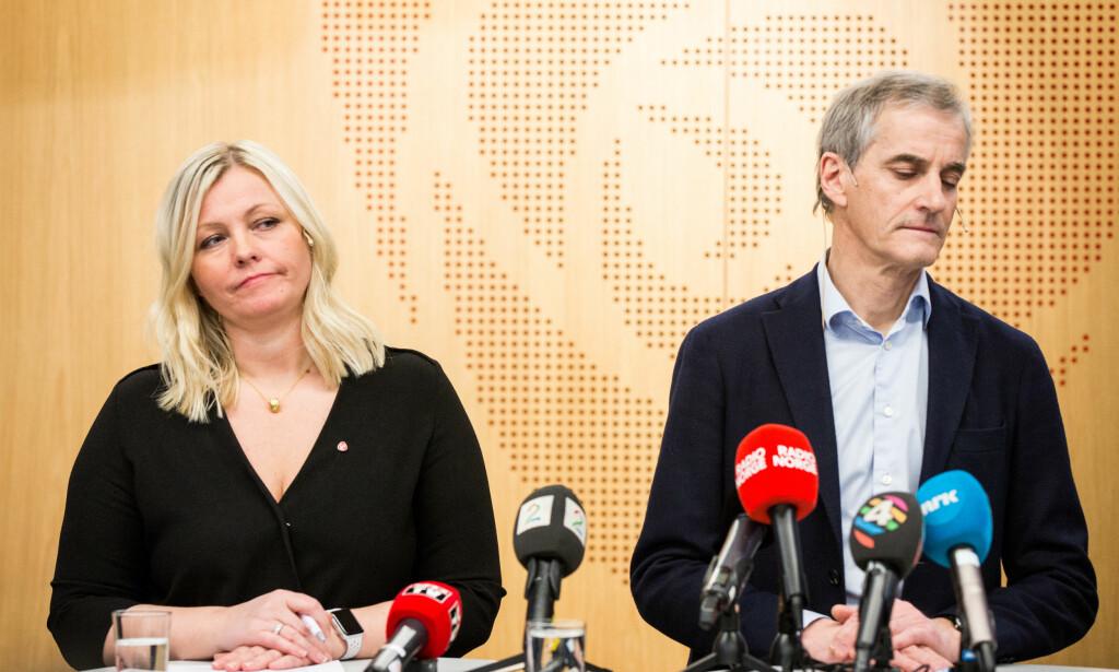 TUNGE TIDER: Partileder Jonas Gahr Støre (t.v) og partisekretær Kjersti Stenseng på pressekonferansen etter sentralstyremøtet i Arbeiderpartiet, der varslersakene mot nestleder Trond Giske var tema. Foto: Erlend Dalhaug Daae / NTB scanpix