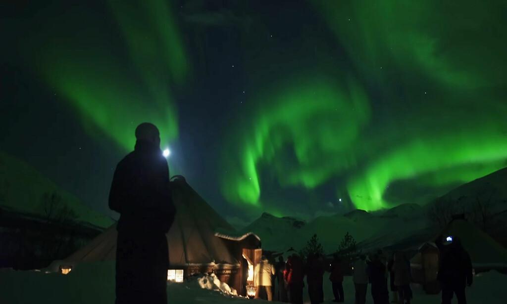 FENOMEN: Nordlys-turismen har blitt stor industri i Nord-Norge, og også denne vinteren vil by på rekordbesøk av turister. Foto: Alfred Film og TV / TV Norge