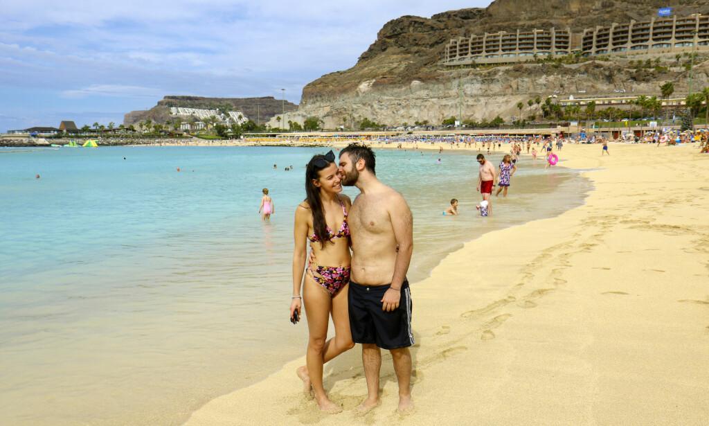 FORNØYDE: Claudia og Simone fra Italia nyter livet. – En herlig strand, mener kjæresteparet. Foto: Runar Larsen / Magasinet Reiselyst