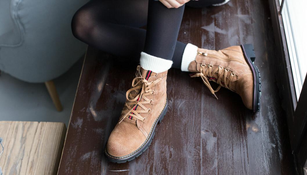 IMPREGNERING: Skomaker Stian Henrik Larsen mener at nordmenn generelt er altfor dårlig til å ta vare på skoene sine. FOTO: NTB Scanpix