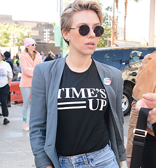 TIME'S UP: Scarlett Johansson under kvinnemarsjen i Los Angeles. Foto: NTB Scanpix