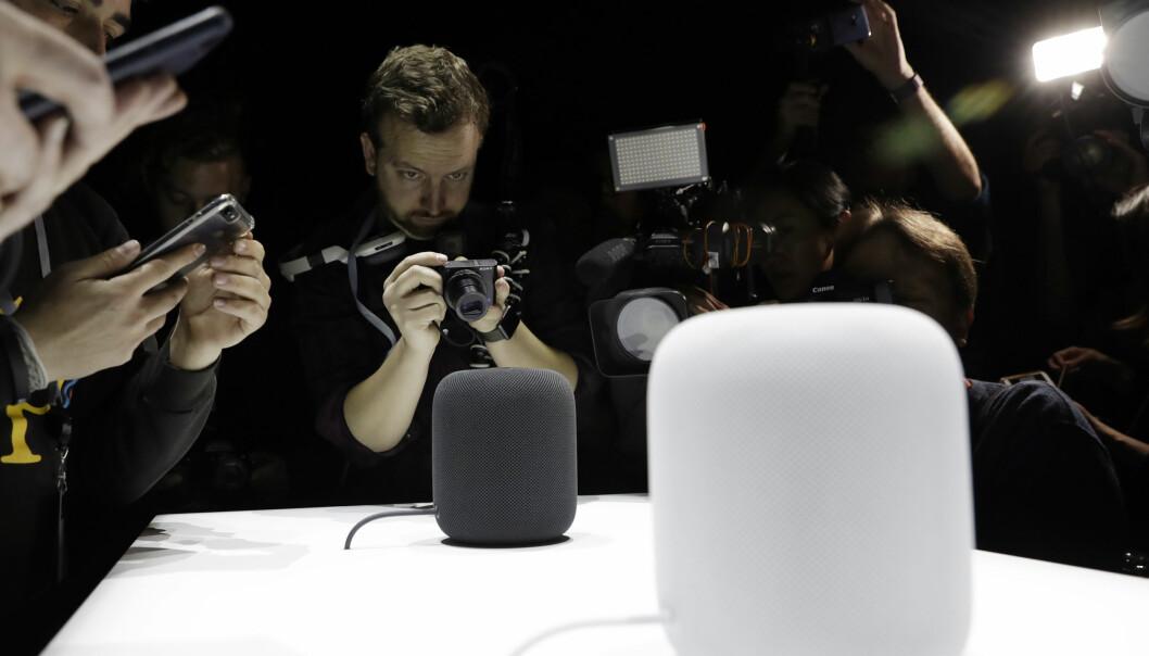 <strong>SVART OG HVIT:</strong> HomePod kommer i to forskjellige farger, svart og hvit. Den er cirka 18 centimeter høy. Foto: NTB Scanpix/AFP