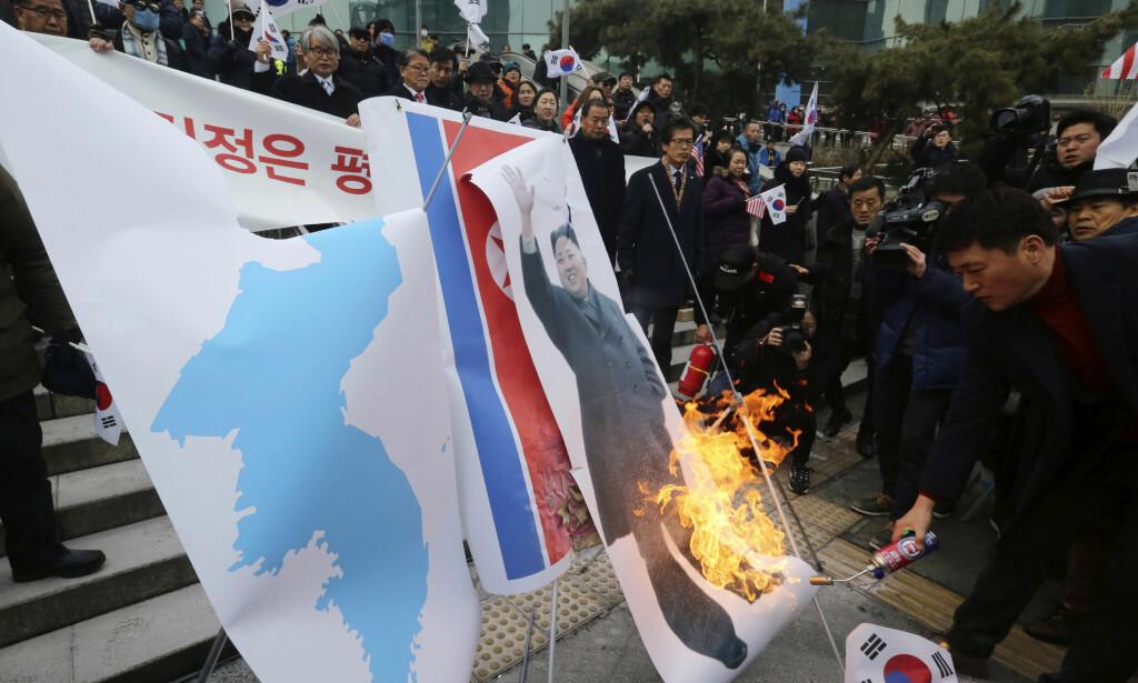 DEMONSTRERER: Sørkoreanske demonstranter protesterer mot hjemlandets myke linje overfor naboen i nord. Foto: NTB scanpix