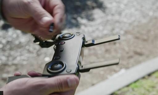 KOMPAKT: Fjernkontrollen er enda mindre enn før, der stikkene kan tas av og puttes i hulrom når den ikke er i bruk. Foto: DJI/Youtube