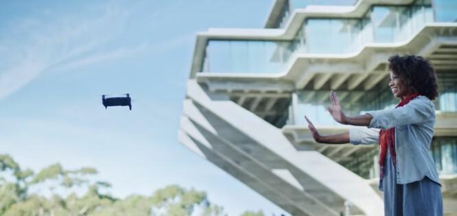 <strong>BARE HENDENE:</strong> I likhet med lillebror Spark, skal Mavic Air også klare å gjenkjenne bevegelser og fly uten fjernkontroll. Foto: DJI