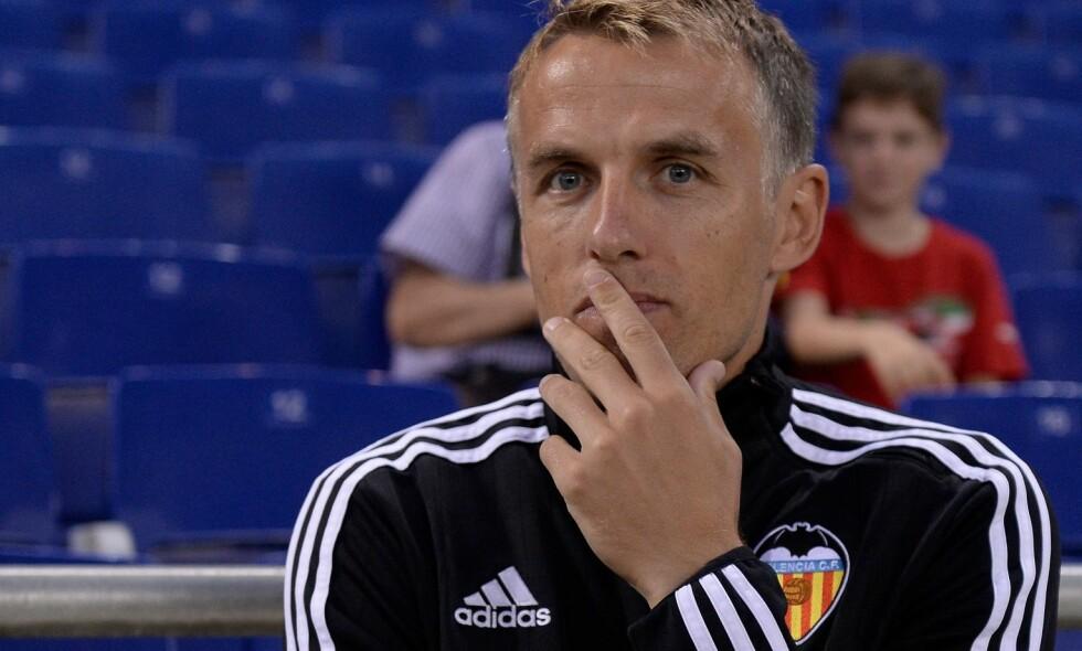 LITE ERFARING: Phil Neville var i en periode assistenttrener i Valencia under broren Gary Neville. Foto: Josep Lago / AFP Photo / NTB Scanpix