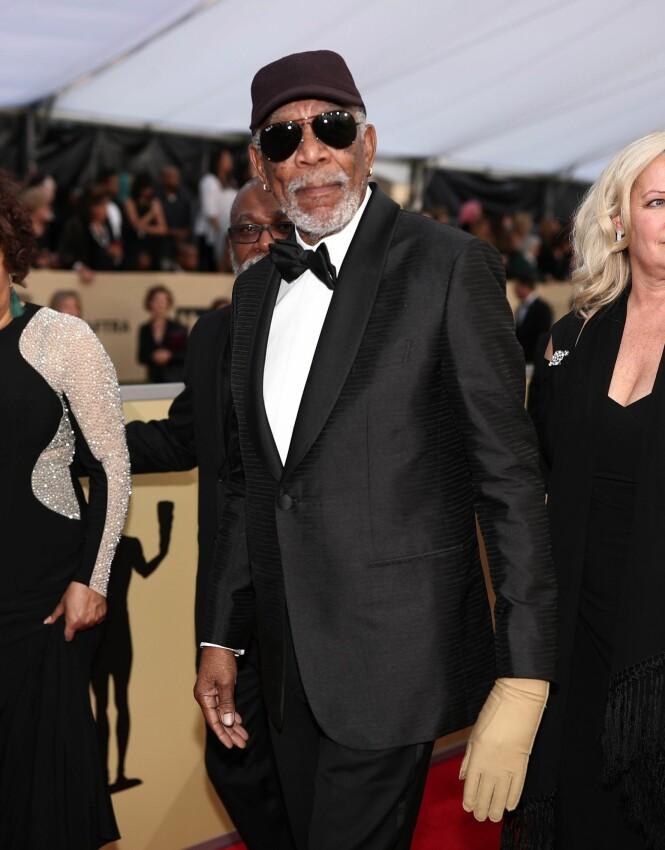 KOMPRESJON: Morgan Freeman er nødt til å gå med en kompresjonshanske på den venstre hånda, for å holde blodsirkulasjonen i gang. Det viste han fram i helga. Foto: NTB scanpix