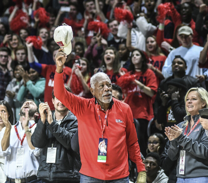 OFTE I BRUK: Freeman bruker hansken tidvis. Dette bildet ble tatt på tirsdag, da skuespilleren spontant under en basketkamp ble hyllet av salen for SAG-seieren. Foto: NTB scanpix