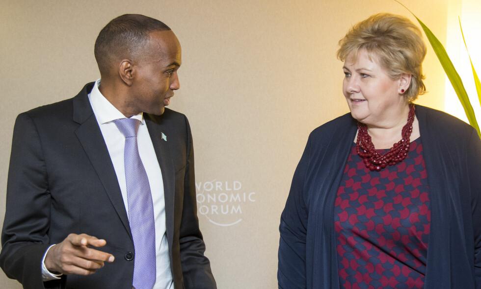 NORSK MØTE: Somalias norsktalende statsminister Hassan Ali Khaire og statsminister Erna Solberg under et bilateralt møte i Davos, Sveits onsdag. Solberg er til stede under Verdens økonomiske Forum, blant annet for å bidra til jenters rett til utdanning og FNs bærekraftmål. Foto: Heiko Junge / NTB scanpix