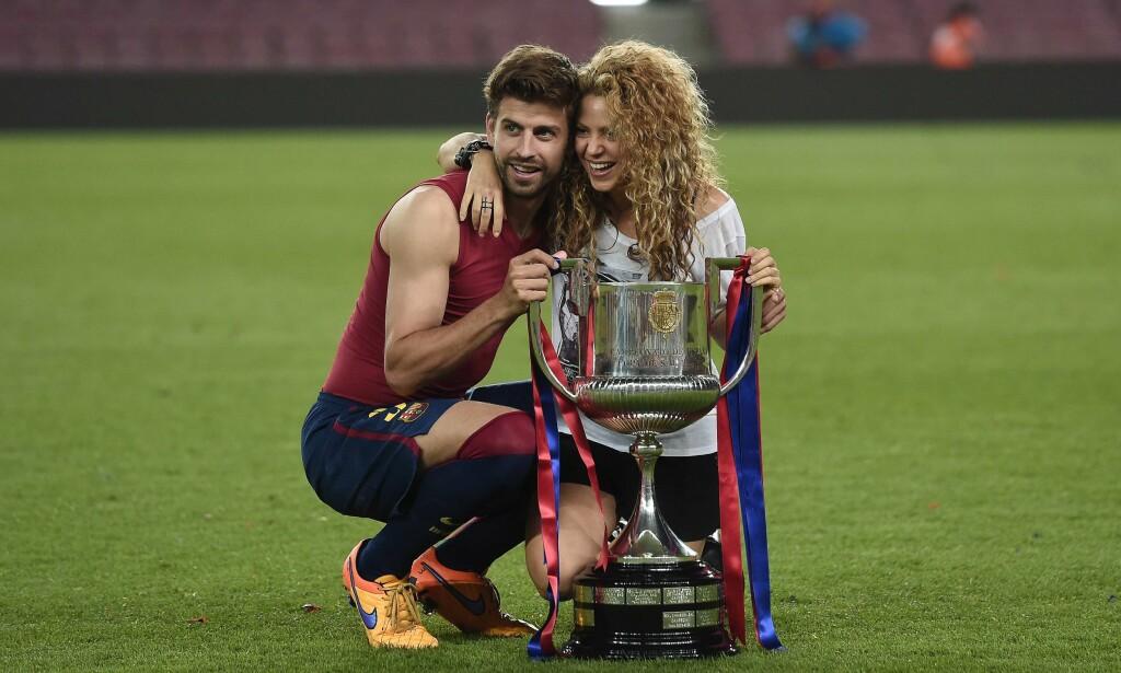 SNYLTET PÅ SKATTEN? Shakira (40) og hennes ti år yngre samboer, Barcelona-spilleren Gerard Piqué (30), etterforskes for skatteunndragelse. Her poserer de sammen etter at Barcelona hentet hjem seieren i spanjolenes Copa del Rey i 2015. Foto: Afp / NTB Scanpix