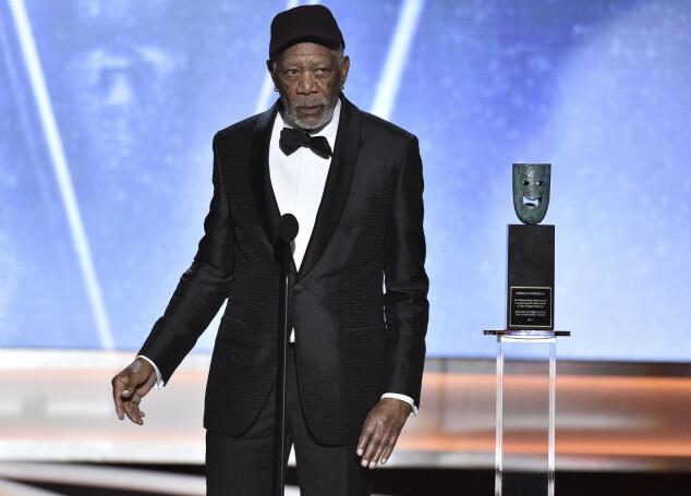 VISTE HÅNDEN: Da Morgan Freeman inntok scenen på SAG Awards, hadde han tatt av seg den spesielle hansken. Foto: AP/ NTB scanpix