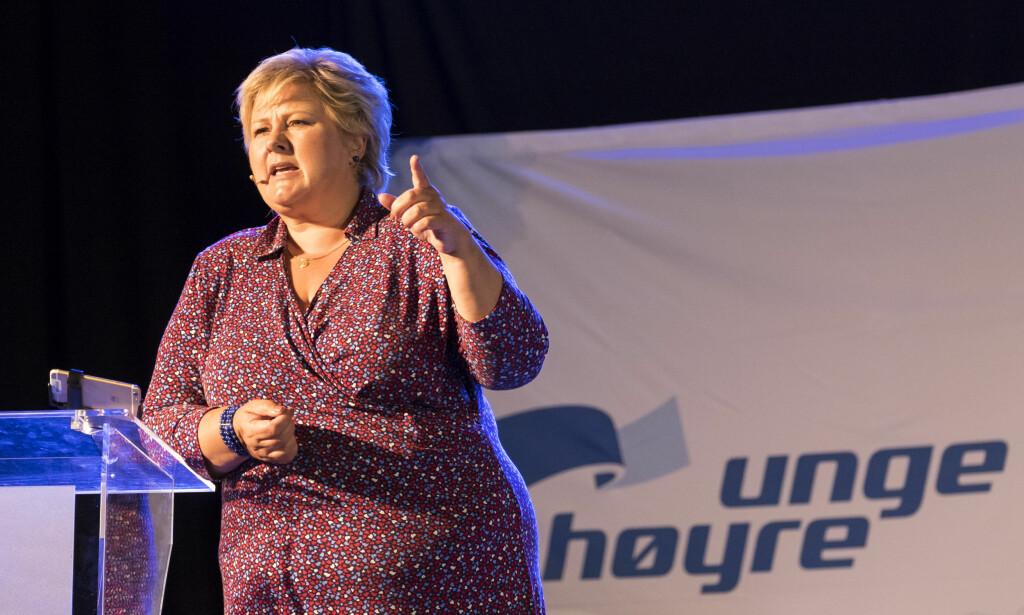 MANGE VARSLERSAKER: Statsminister Erna Solberg (H) taler under Unge Høyres sommerleir 2015 på Hove i Arendal. Foto: Tor Erik Schrøder / NTB scanpix