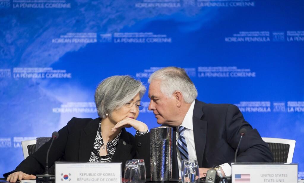 MØTTES: USAs utenriksminister Rex Tillerson i samtale med sin sør-koreanske kollega, Kang Kyung-wha under ministermøtet i Vancouver. Foto: THE CANADIAN PRESS/Jonathan Hayward