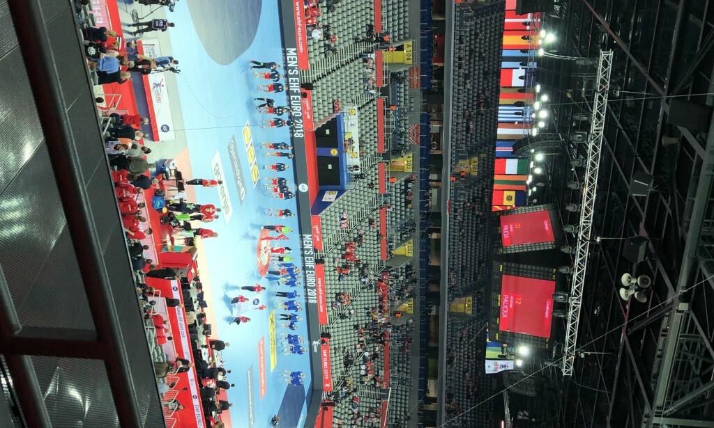 LITE FOLK: Slik ser det ut på tribunen minutter før avkast i Arena Zagreb. Foto: Fredrik Ø. Sandberg