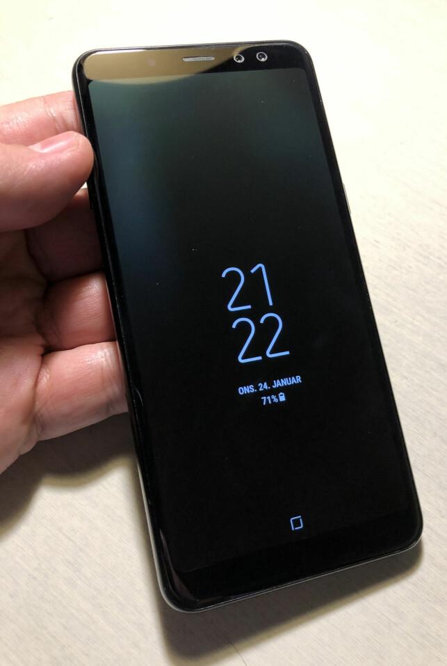 NYTTIG: Mobilen har en alltid på-funksjon, der klokka, dato, batteriprosent og appvarsler vises på skjermen, selv når den er i standby. Funksjonen trekker meget lite strøm. Foto: Bjørn Eirik Loftås