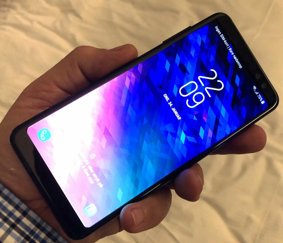 LEKKERBISKEN: Samsung Galaxy A8 er svært lik storebroren S8. Dessverre er ikke prisene særlig ulike heller. Foto: Bjørn Eirik Loftås