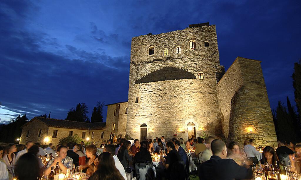 MAGISK: Når natten faller på er det nesten så man føler at man har reist i en tidsmaskin tilbake til slottets storhetsdager. Castello di Tornano kan du leie til fest eller bryllup. Foto: Tornano.