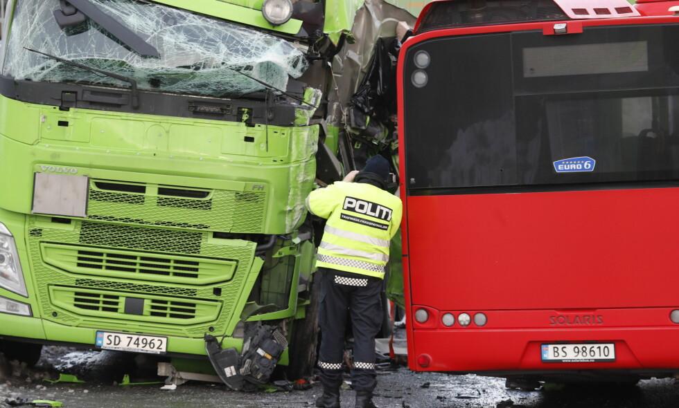 ULYKKE: En lastebil og en buss kolliderte på Alfaset i Oslo i dag. Foto: Bjørn Langsem / Dagbladet