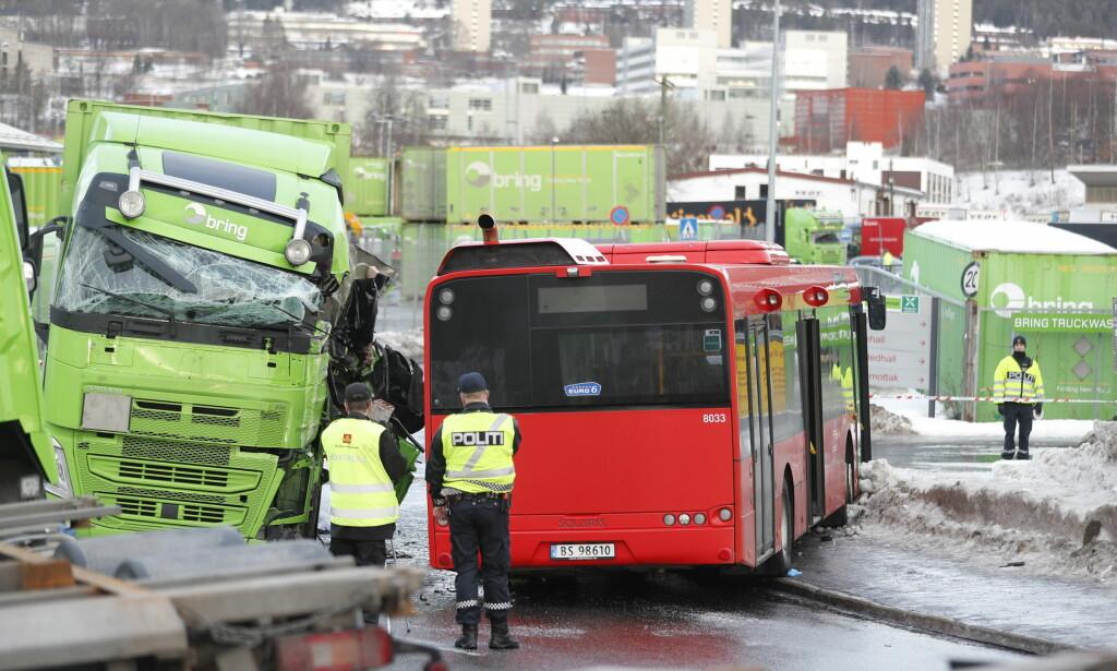 JOBBER PÅ STEDET: Politiet jobber med helse, opprydning og sikring på stedet. Foto: Bjørn Langsem / Dagbladet