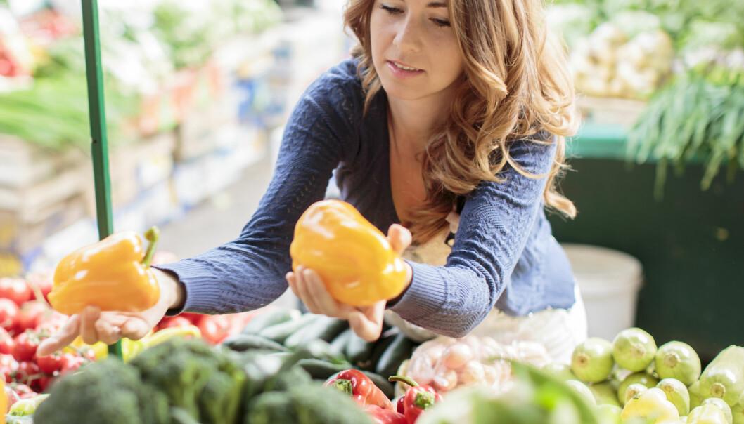 SUNT: Frukt og grønt kan redusere risikoen for kreft, mens et for høyt inntak av salt, sukker og alkohol kan øke den. FOTO: NTB Scanpix