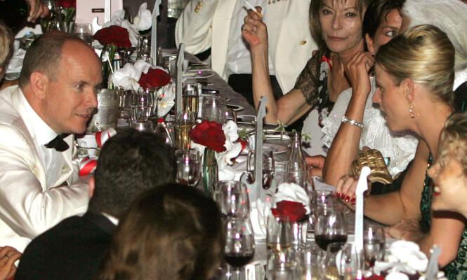 ET AV DE FØRSTE BILDENE: Fyrst Albert i samtale med Charlene - kvinnen som skal bli hans kone - under Monte-Carlo Red Cross Gala i august 2006. Foto: NTB Scanpix