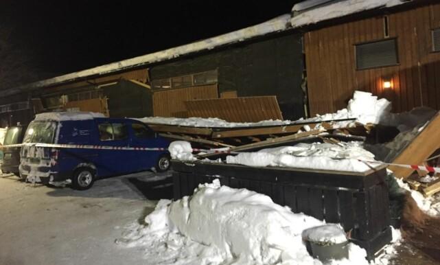 RASTE OVER BILER: Flere parkerte biler ble rammet av raset. Foto: Tipser