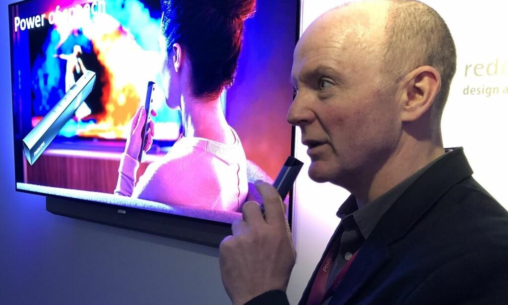 STEMMESTYRING: Rod White fra TP Vision demonstrerer hvordan man kan styre TV og belysning via fjernkontrollen. Foto; Bjørn Eirik Loftås