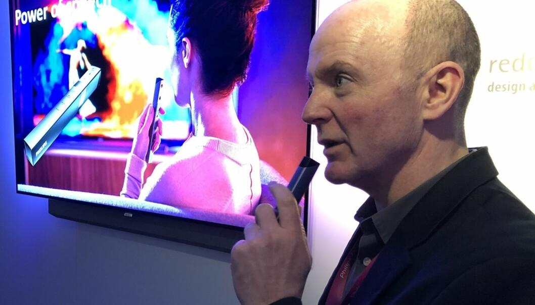 <strong>STEMMESTYRING:</strong> Rod White fra TP Vision demonstrerer hvordan man kan styre TV og belysning via fjernkontrollen. Foto; Bjørn Eirik Loftås