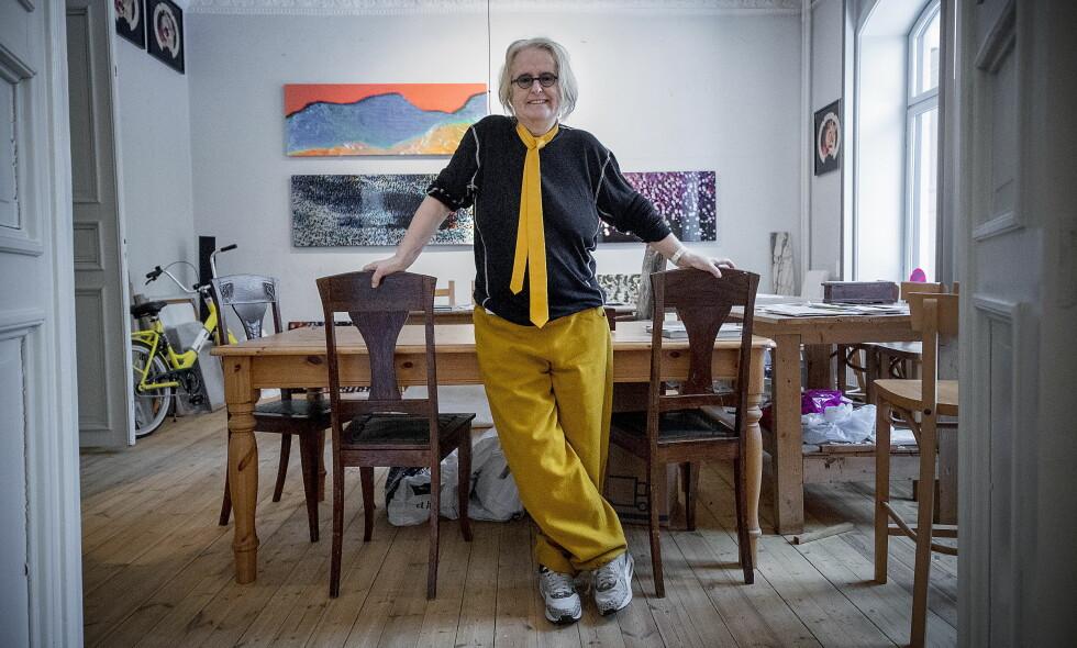 HJEMME-ATELIER: Kunstneren Marianne Heske har kombinert leilighet og atelier i Oslo. På veggen i bakgrunnen henger noen av videomaleriene hennes. Foto: Bjørn Langsem