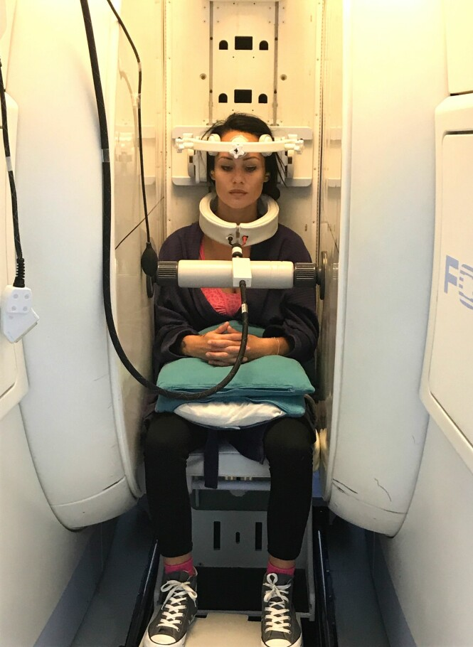 SITTENDE MR: For å kunne se hva som var galt i nakken til Benedicte, måtte hun til utlandet for å ta en sittende MR. FOTO: Privat