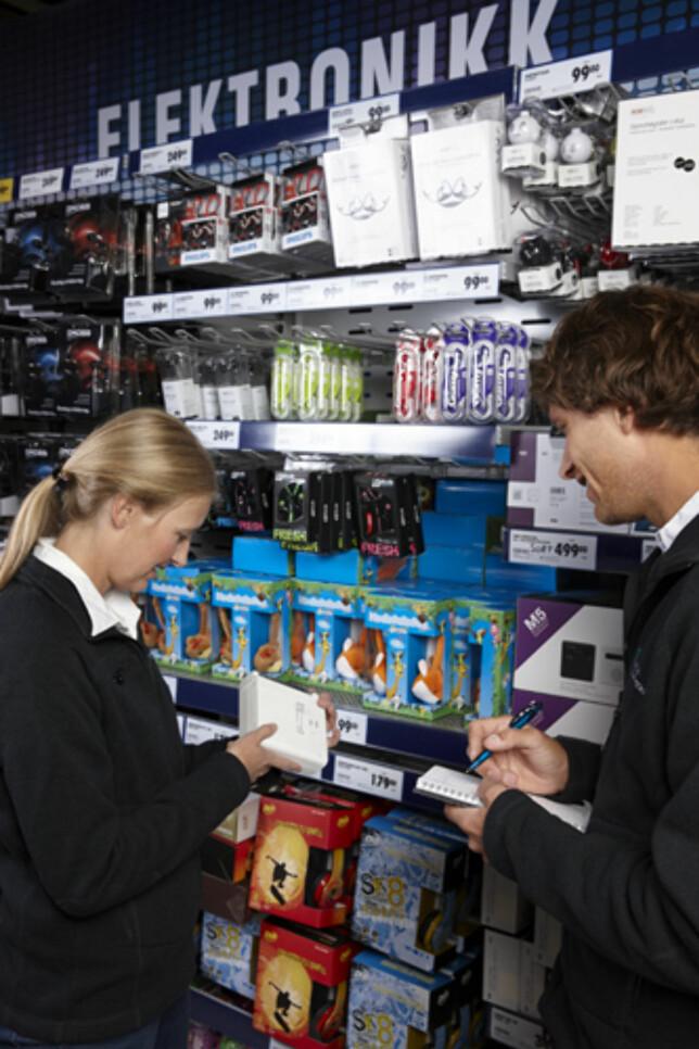 KONTROLL I 35 BUTIKKER: Kontrollørene har oppsøkt 35 butikker og kontrollert elektriske og elektroniske produkter. Foto: Miljødirektoratet