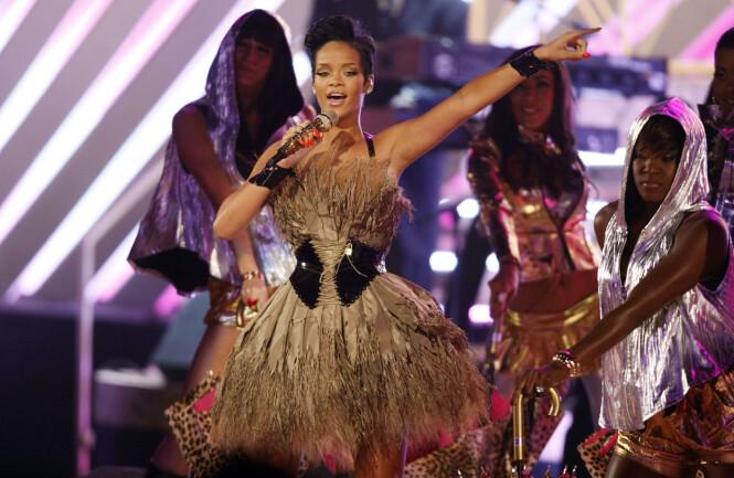 DEN GANG DA: Rihanna på scenen under Grammy-utdelingen i 2008. Da fremførte hun hitlåten «Umbrella». I år sto hun også på scenen, og denne gangen opptrådde hun med «Wild Thoughts» side om side med DJ Khaled og Bryson Tiller. Foto: NTB Scanpix