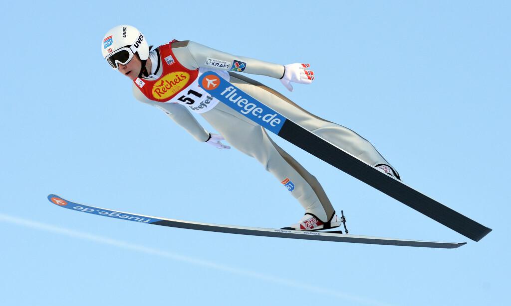 I LEDELSEN: Jarl Magnus Riiber hoppet lengst, og går ut i ledelsen i sporet. Foto: AP Photo/Kerstin Joensson
