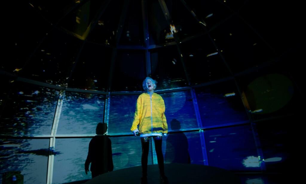 SAMMENSATT: Ellen Andreassen som Joni i «Satellitter på himmelen». Foto: Signe Fuglesteg Luksengard, Brageteatret