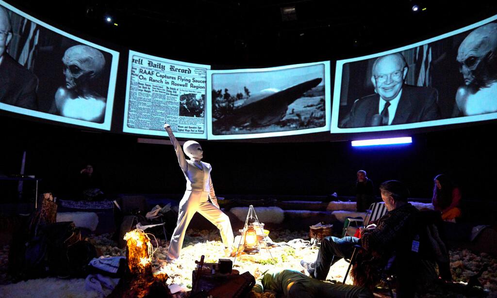 PÅ SØKEN: Janne Heltberg, i en scene fra «UFO-bygda» på Torshovteatret. Foto: Øyvind Eide, Nationaltheatret