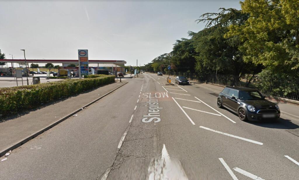 TRE DREPT: Britisk politi etterforsker nå hendelsen der tre ungdommer, antakelig rundt 16 år, ble drept av en bil som kjørte på dem ved denne Esso-stasjonen i Hayes i London. Skjermdump: Google Maps