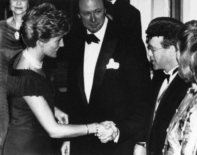 GODE VENNER: Diana og Elton var gode venner, og møttes tidvis. Her er de to fotografert sammen i 1991, i forbindelse med premieren på en musikal i London. Forholdet deres har imidlertid også vært anstrengt. Foto: NTB scanpix