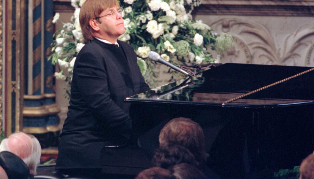 HEDRET VENNINNEN: Elton John spilte «Candle In The Wind» i den fullsatte begravelsen til prinsesse Diana av Wales. Det ble en tårevåt affære for både dem i kirka og folk verden over. Foto: NTB scanpix