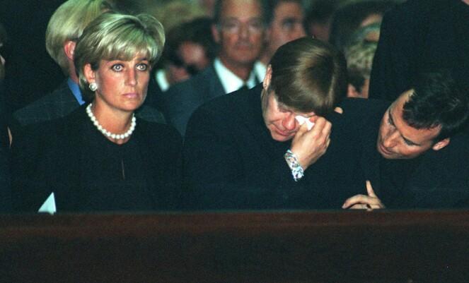 SØRGET SAMMEN: Diana og Elton, her i Gianni Versaces begravelse i 1997, ble venner igjen etter det grusomme drapet. Et par måneder senere, døde Diana. Foto: NTB scanpix
